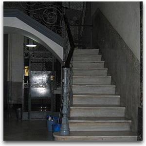 escalera estrecha, ascensor pequeño